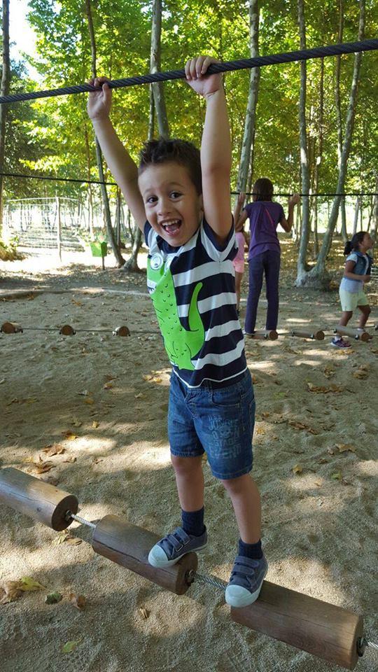 niño riendo zona juegos picnic les 3 flors