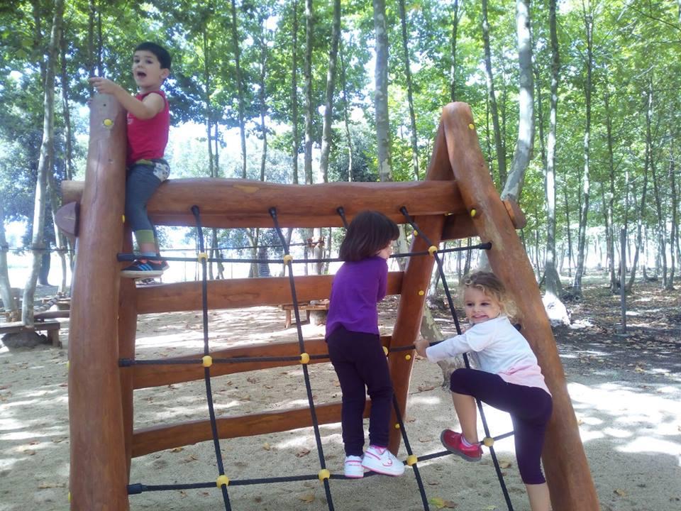 niños subiendo trepa picnic les 3 flors