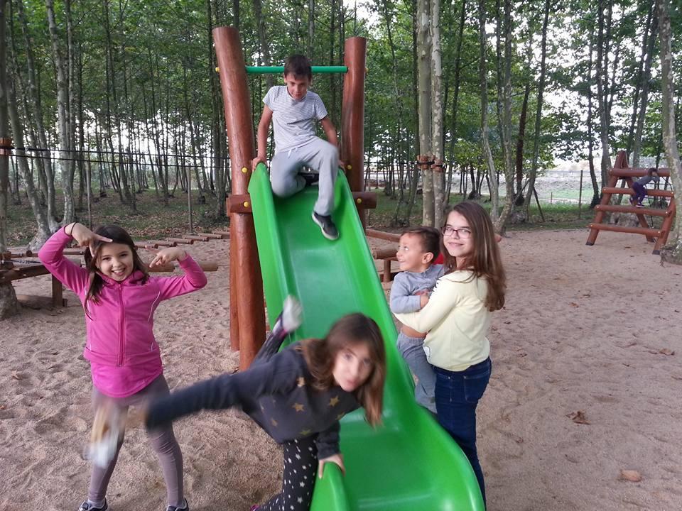 niños jugando tobogan picnic les 3 flors