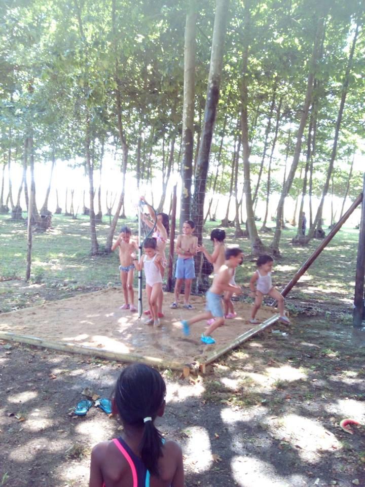 niños aspersor agua juegos picnic les 3 flors