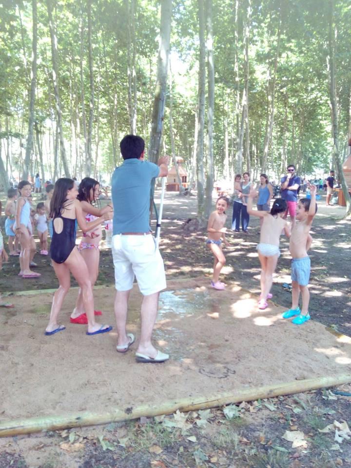 niños padres aspersor agua verano juegos picnic les 3 flors