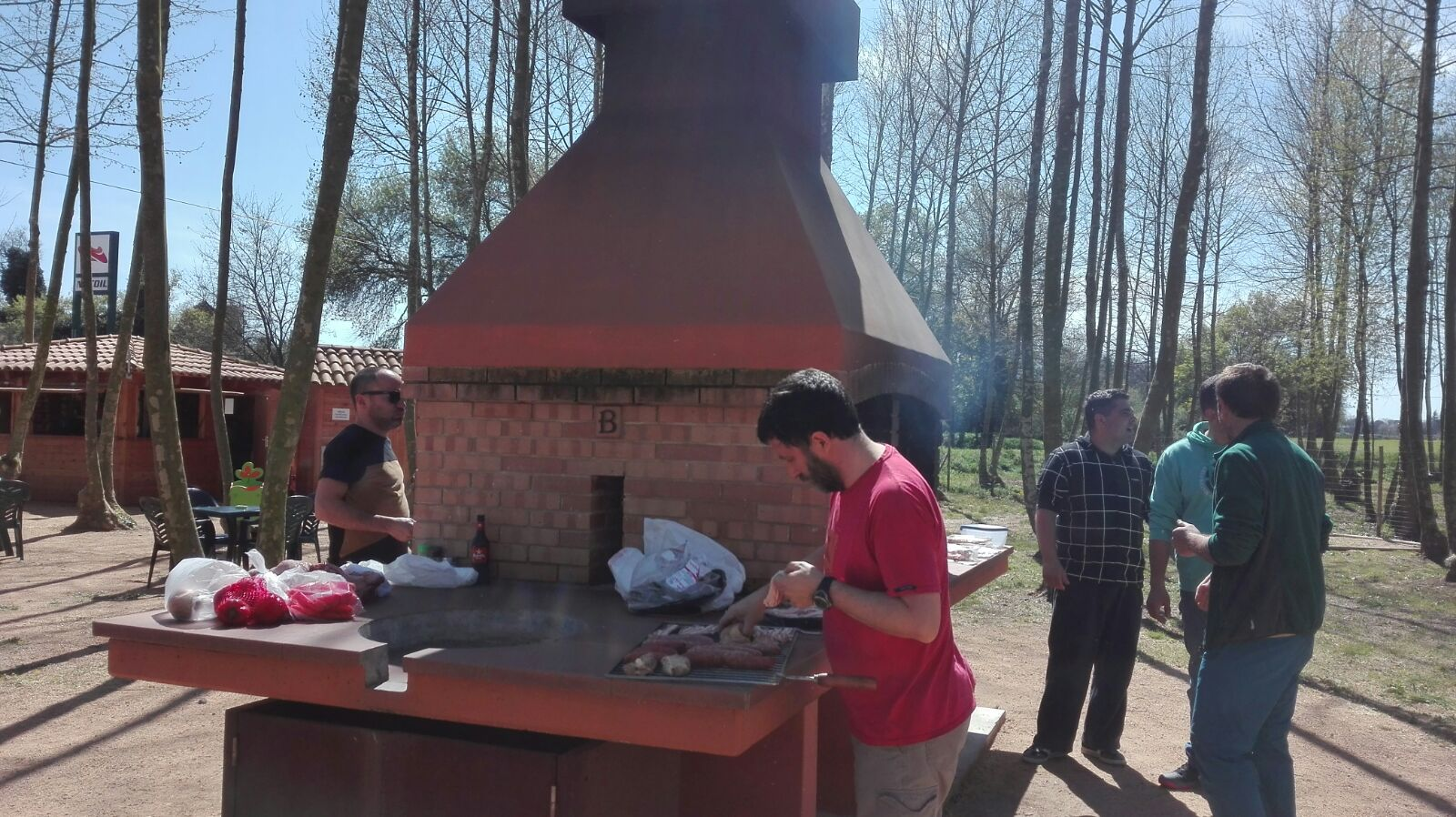 barbacoa traient fum per la carn a la brasa picnic les 3 flors