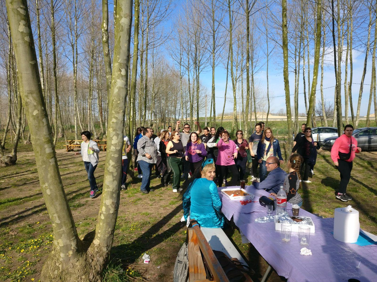 grup de celebracio a la taula picnic les 3 flors