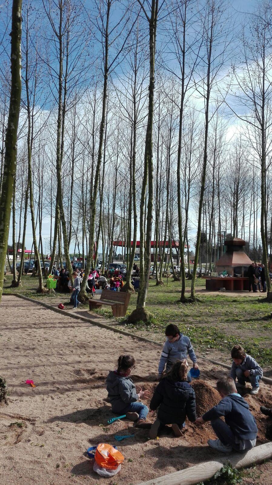 nens a la sorrera fent castells picnic les 3 flors