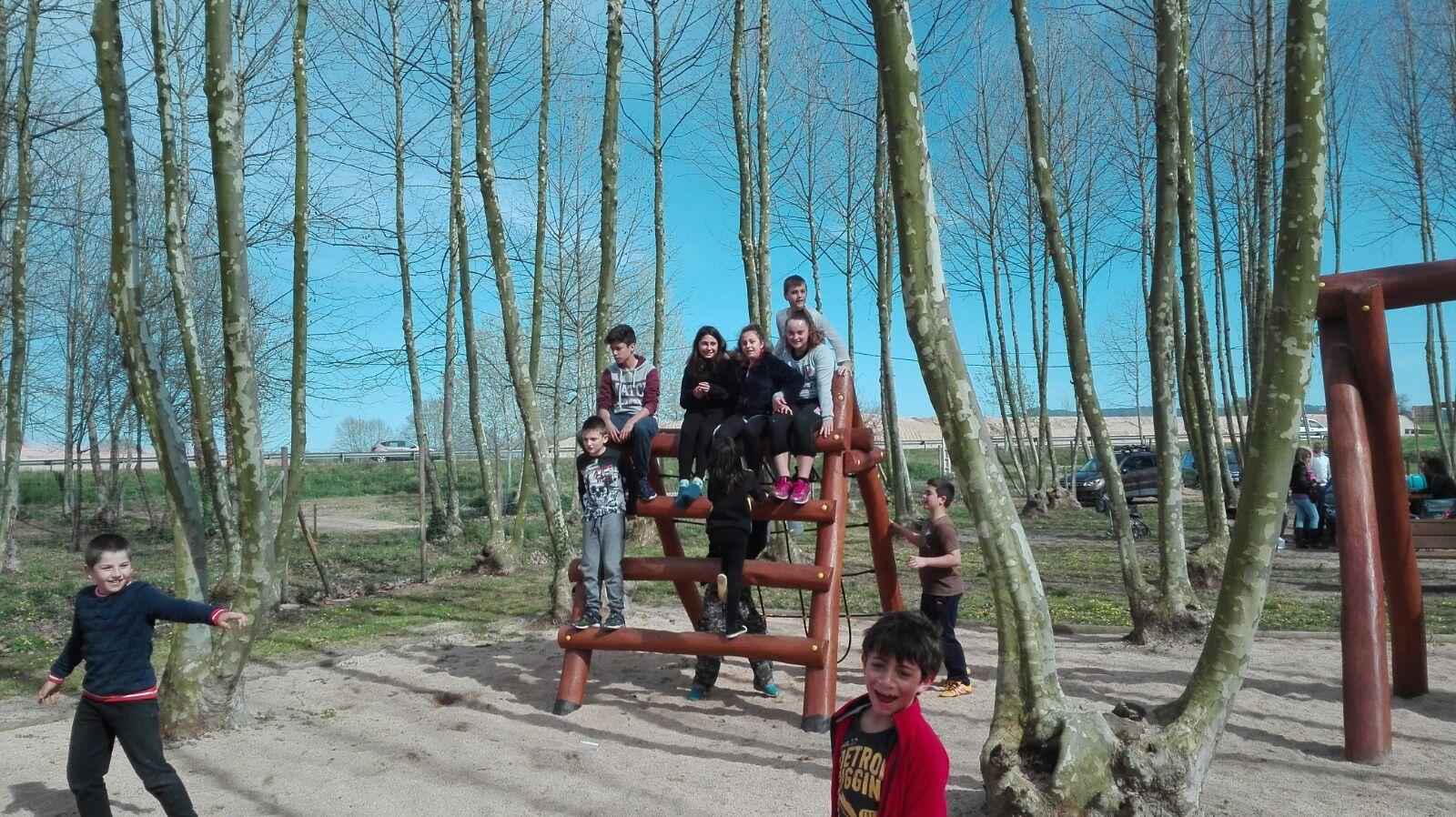 nens jugant a la trepa picnic les 3 flors