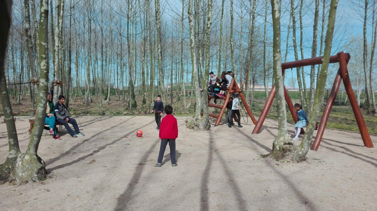 nens jugant zona de jocs picnic les 3 flors