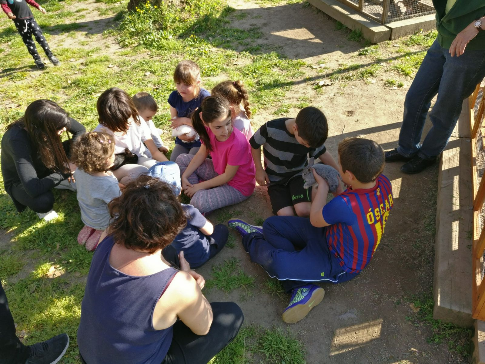 tots els nens a punt per tocar els conills picnic les 3 flors