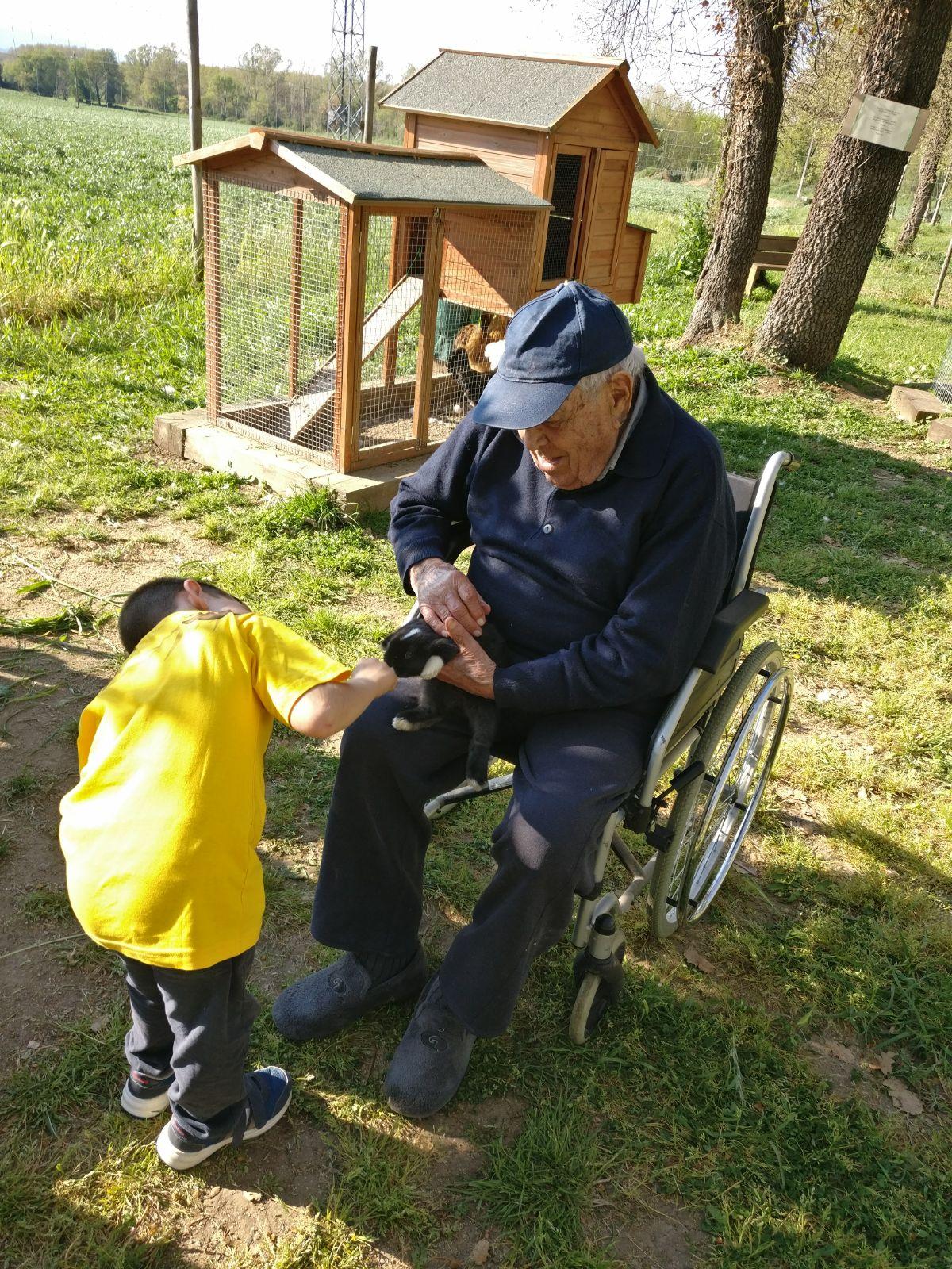 avi i nen amb els conills picnic les 3 flors