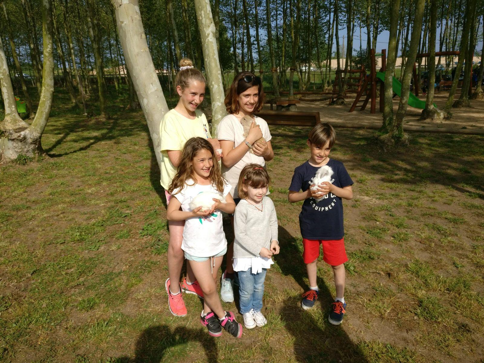 foto grup nens ensenyant conills picnic les 3 flors