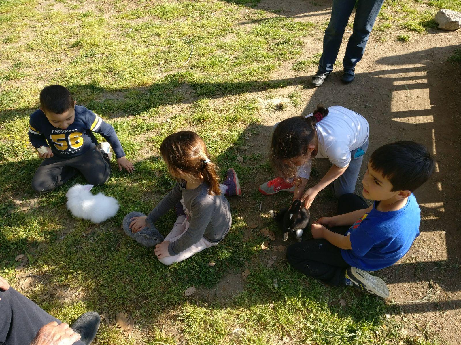 nens agafant els conills picnic les 3 flors