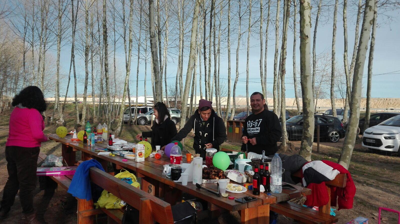 amics preparant dinar picnic les 3 flors