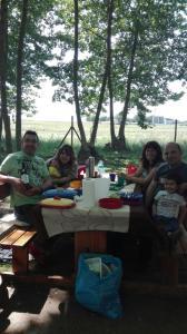 apat en familia en un bon espai picnic les 3 flors