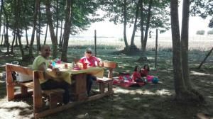 familia-prenent-la-fresca-picnic-les-3-flors