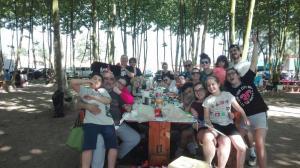 foto-grup-a-la-taula-picnic-les-3-flors