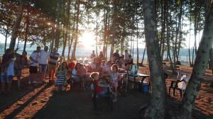 foto-grup-amb-posta-de-sol-picnic-les-3-flors
