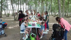 menjant-cireres-al-picnic-les-3-flors