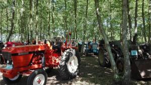 molts tractors han aparcat al aparcament del picnic les 3 flors