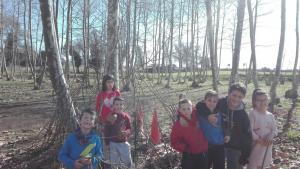 nens-construint-cabanes-picnic-les-3-flors