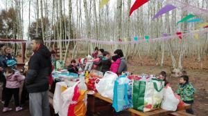 nens-esperant-pastis-aniversari-picnic-les-3-flors