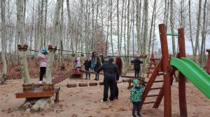 nens-jugant-a-la-zona-de-jocs-picnic-les-3-flors