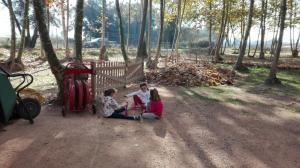 nens-jugant-al-picnic-les-3-flors