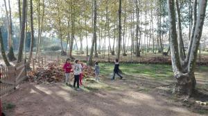 nens-jugant-amb-fulles-picnic-les-3-flors
