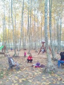 nens jugant zona jocs infantils tardor picnic les 3 flors