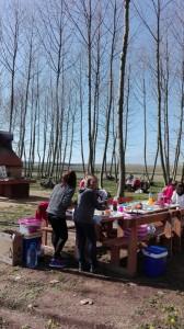 parant taula per dinar colla picnic les 3 flors