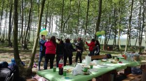 tothom colabora amb la decoracio picnic les 3 flors