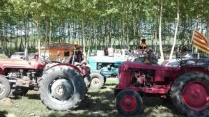 tractors aparcats a tot arreu picnic les 3 flors